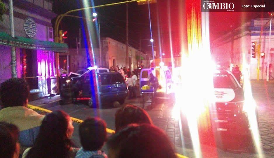 Patrulla acude a servicio y termina impactada en poste de semáforo en Huejotzingo