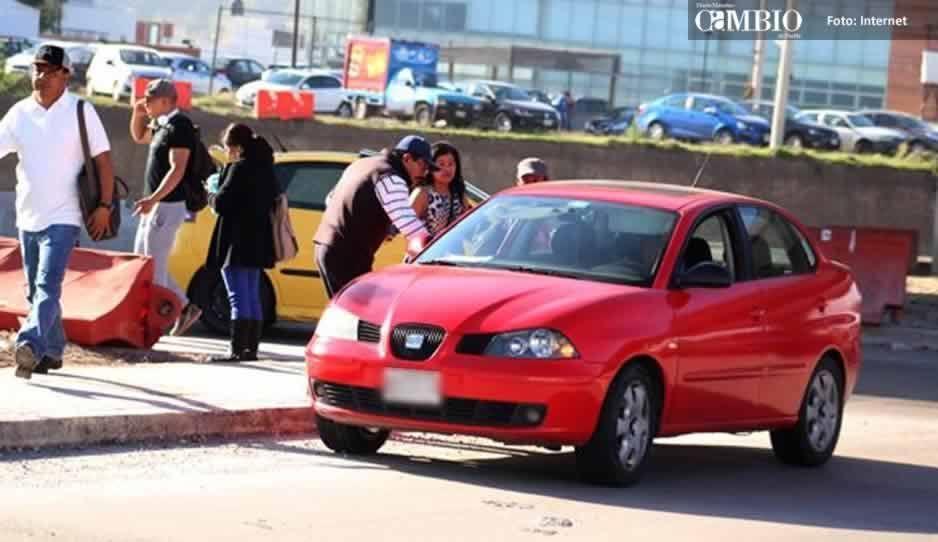Vehículos ofrecen servicio sin permiso para abordar a gente de Atlixco-Puebla