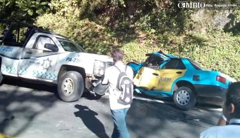 Patrulla de la policía auxiliar se estrella contra un taxi en Xicotepec: hay un muerto