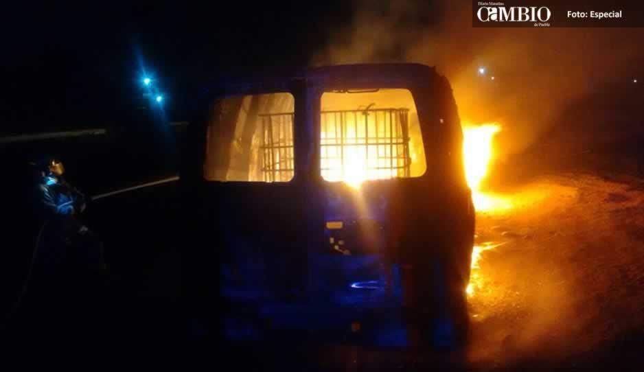 Arde camioneta con huachicol cerca del Arco de Seguridad en Huejotzingo