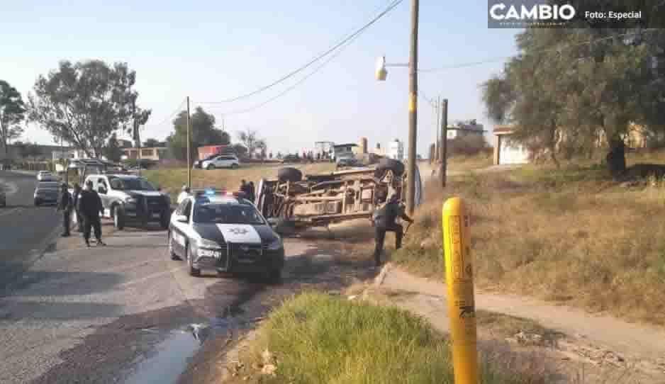 Camioneta huachicolera termina volteada tras persecución en Tlalancaleca