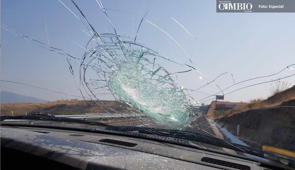 Cacos de Atlixco arrojan piedras a los autos en movimiento para atracarlos