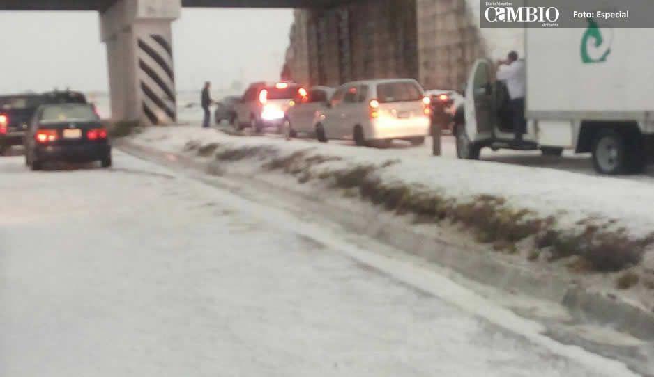Tormenta de granizo sepulta autopistas y caminos en la región nororiental