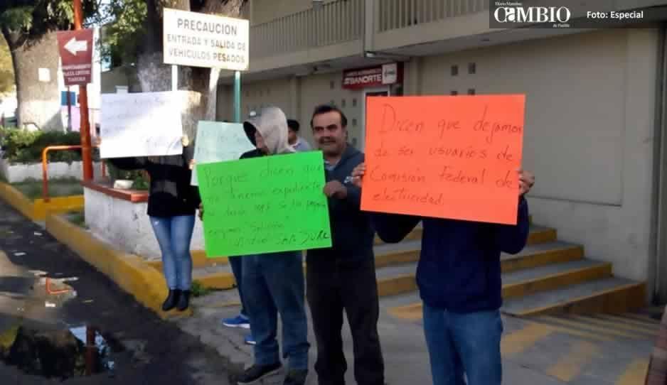 Vecinos de unidad habitacional en Texmelucan protestan por corte arbitrario de energía eléctrica