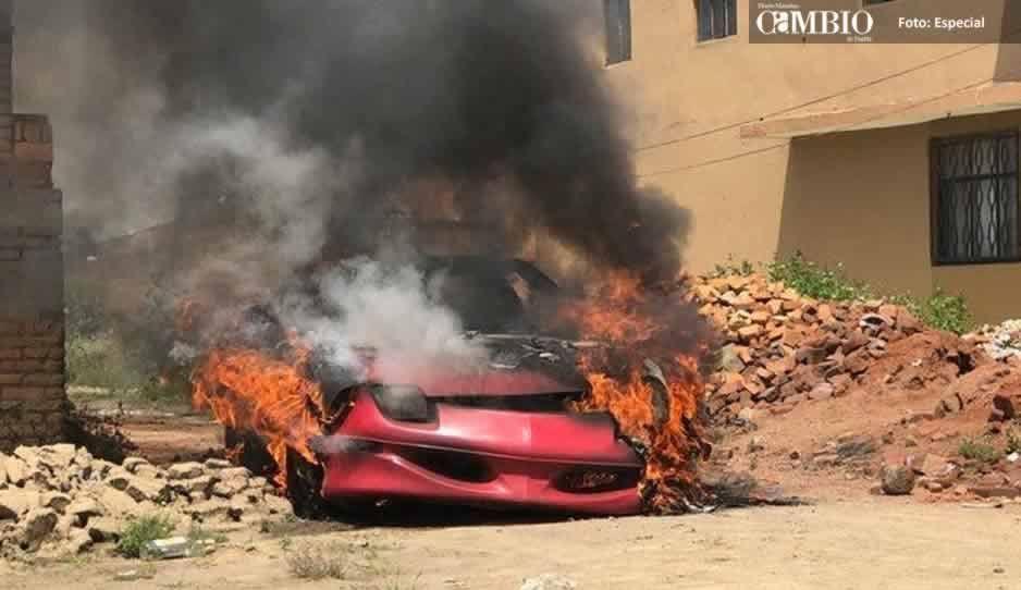 FOTOS: Pobladores de San Pedro Cholula frustran asalto y queman vehículo de los rateros