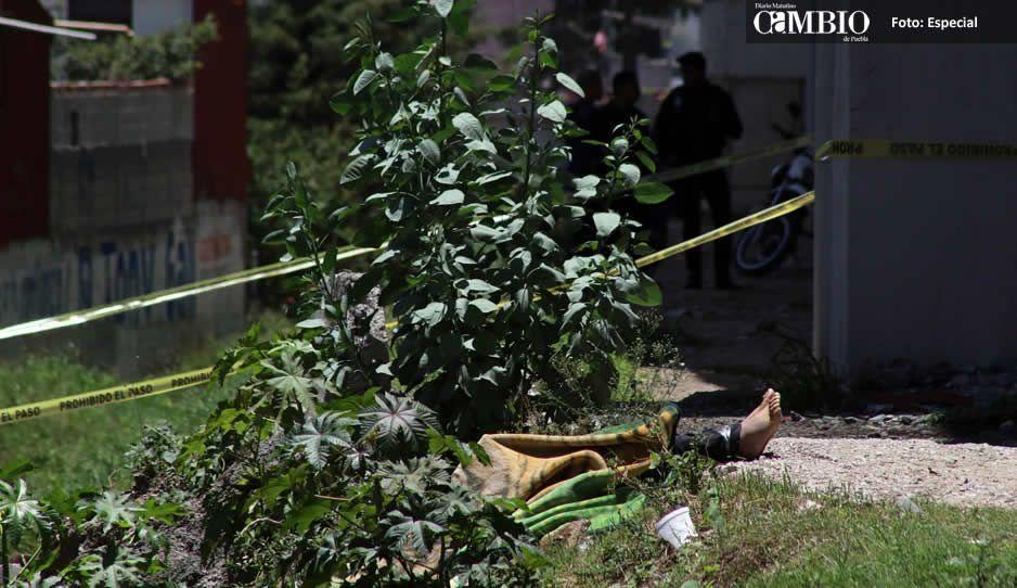 Arrojan cadáver a la México-Puebla con narcomensaje del CJNG clavado al pecho