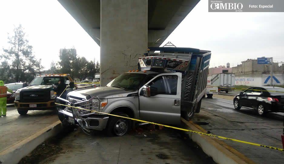 Camioneta se destroza contra columna de la México-Puebla: 2 muertos y 2 heridos