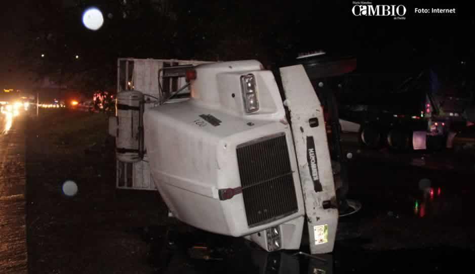 Volcadura deja dos muertos y un herido en San Juan Tianguismanalco