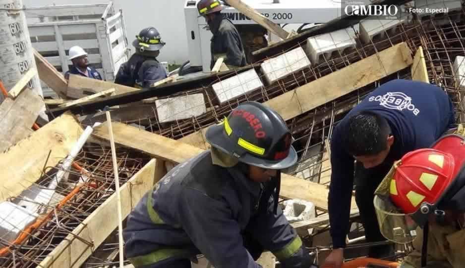 Albañiles se quedan atrapados tras derrumbe de una obra en Ocoyucan