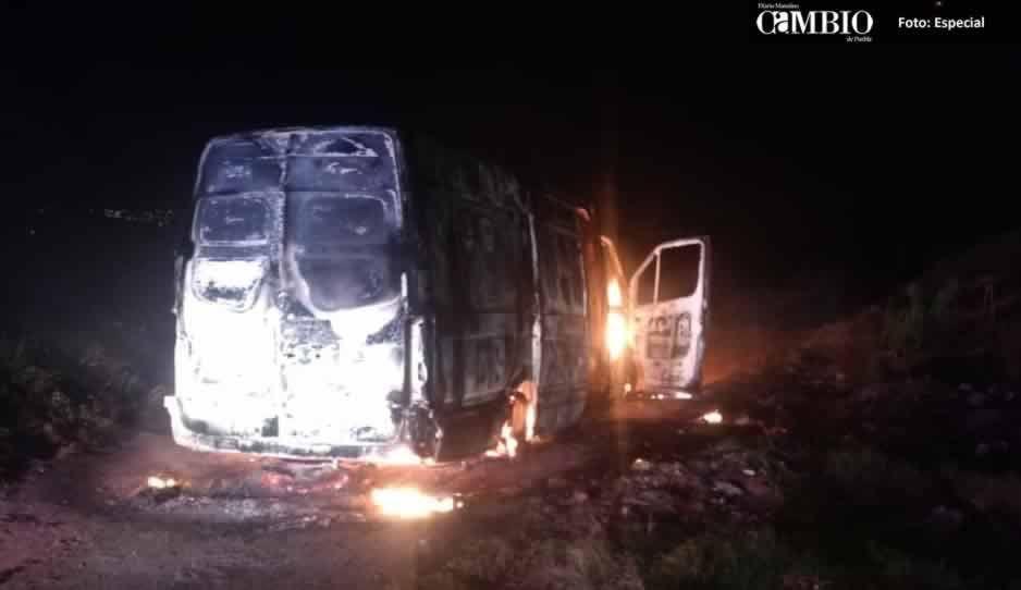 Calcinan dos camionetas ligadas al robo de combustible en Huejotzingo