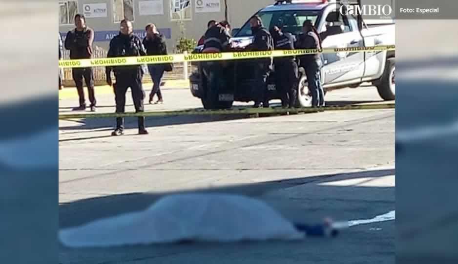 Dos jóvenes derrapan con su moto en Chiautzingo, uno de ellos murió degollado