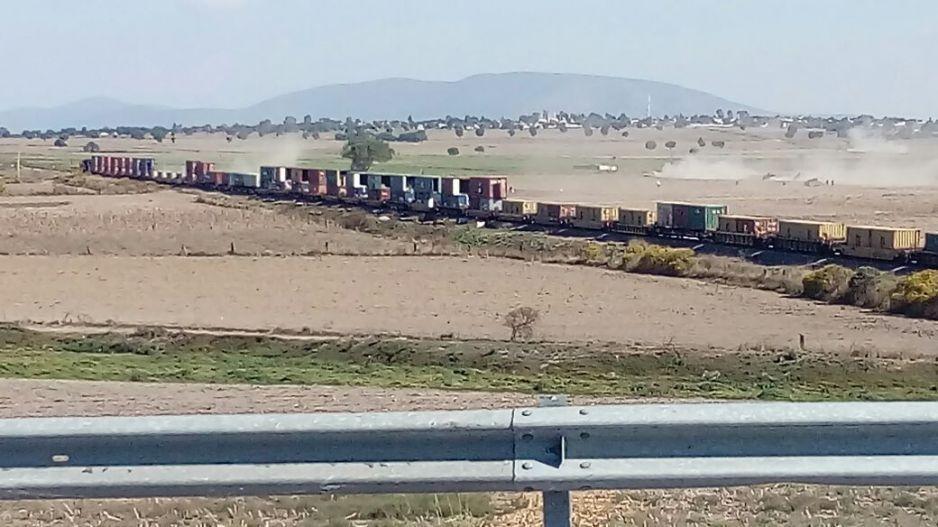 En convoy de 30 camionetas atracan tren de Ferrosur en Lara Grajales