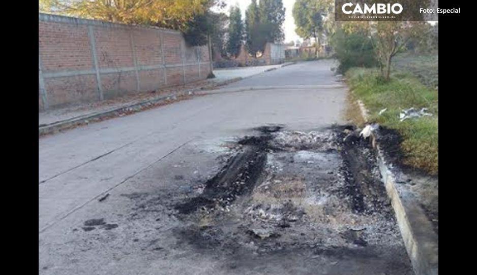 Prenden fuego a un vehículo en Xalmimilulco: había un cuerpo en el interior