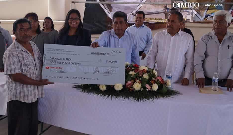 Comuna de San Jerónimo Xayacatlán entrega cheques para el Carnaval Mixteco