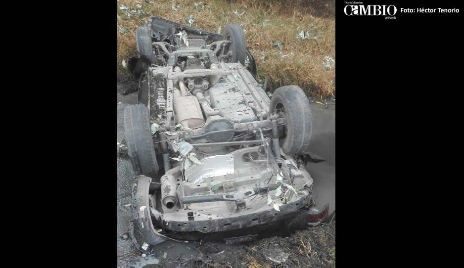 Se vuelca Jeep en la federal México-Puebla; fallecen tres hombres al quedar aplastados
