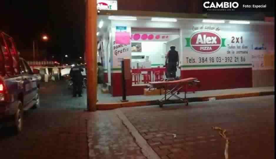 Sangriento asalto a pizzería de Tehuacán deja un muerto y dos heridos que se debaten entre la vida y la muerte