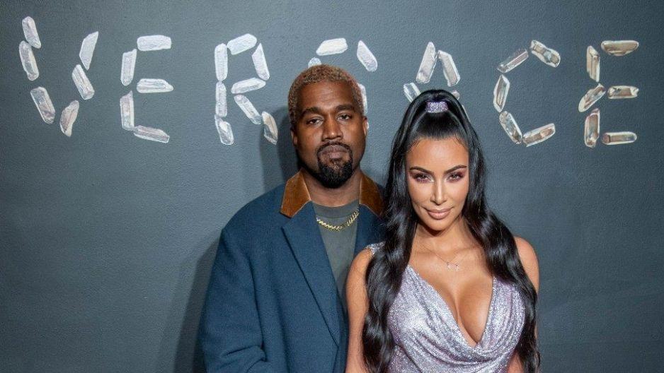 Kim Kardashian exhibe a su esposo, Kanye West, robándose un pendiente carísimo
