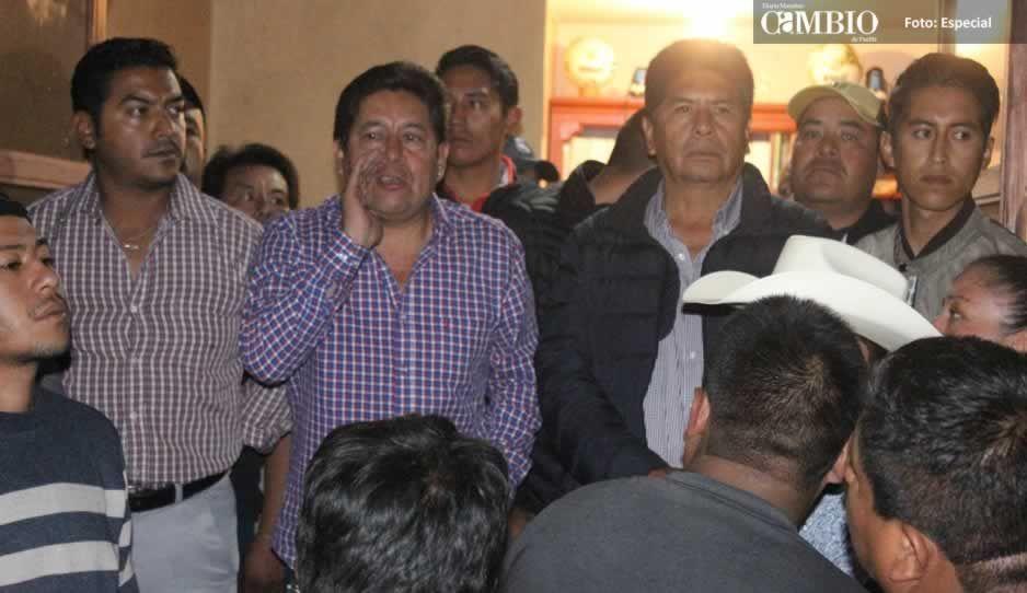 Inconformes con elección en Amozoc resguardan el consejo municipal