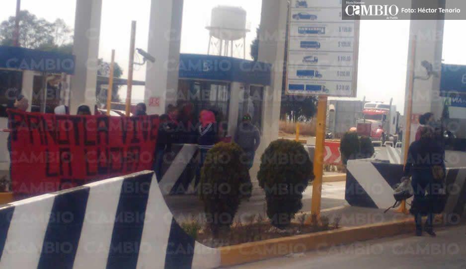 Normalistas toman las casetas de la Texmelucan-Taxcala