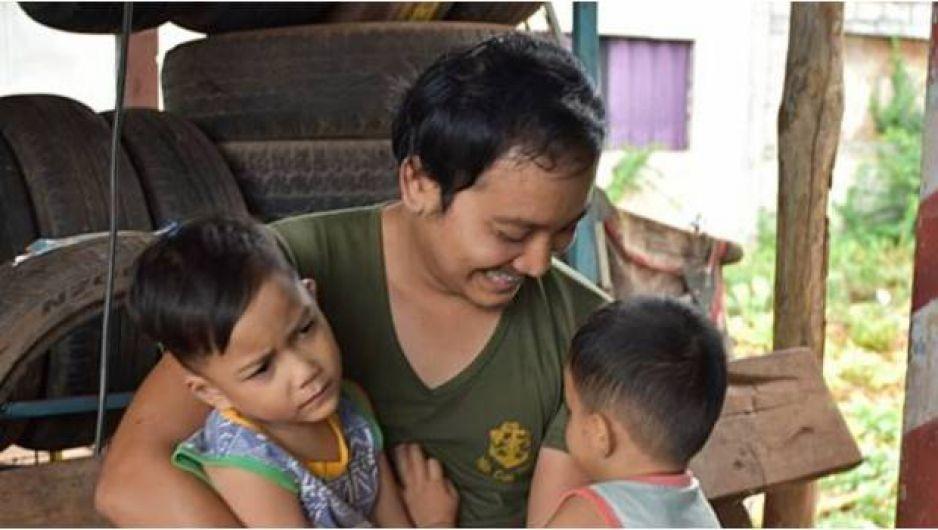 Padre soltero se viste de mujer para acompañar a sus hijos en el Día de la Madre — Tailandia