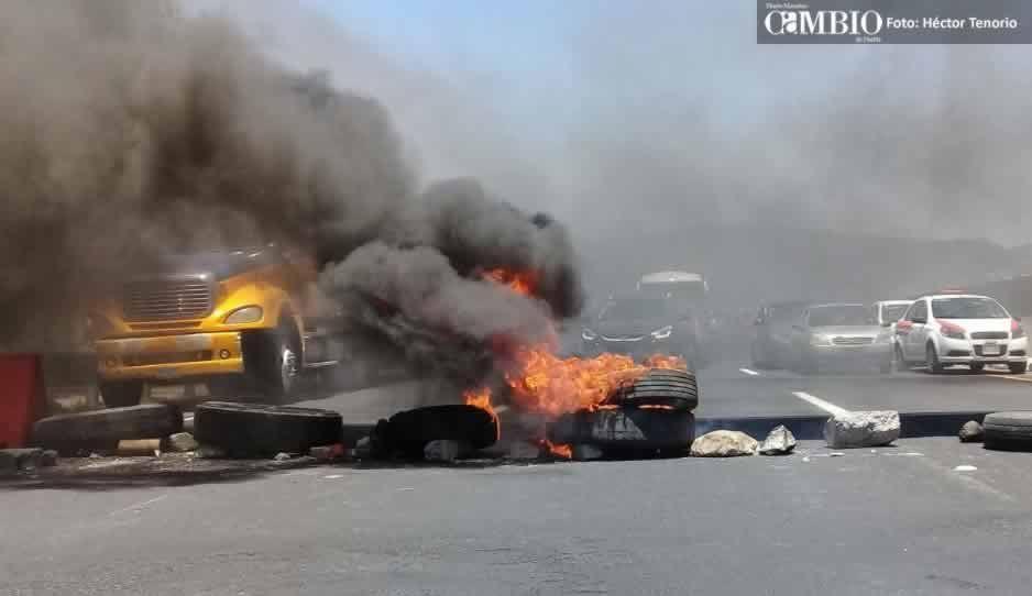 Pobladores de Tlahuapan cierran también la autopista México-Puebla (FOTOS y VIDEO)