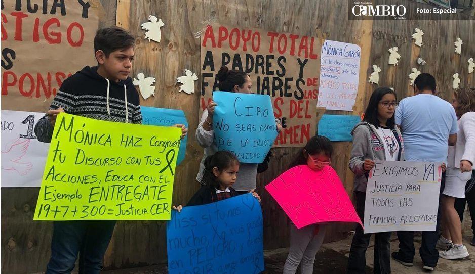 Con pancartas padres del Rébsamen piden a la directora que se entregue