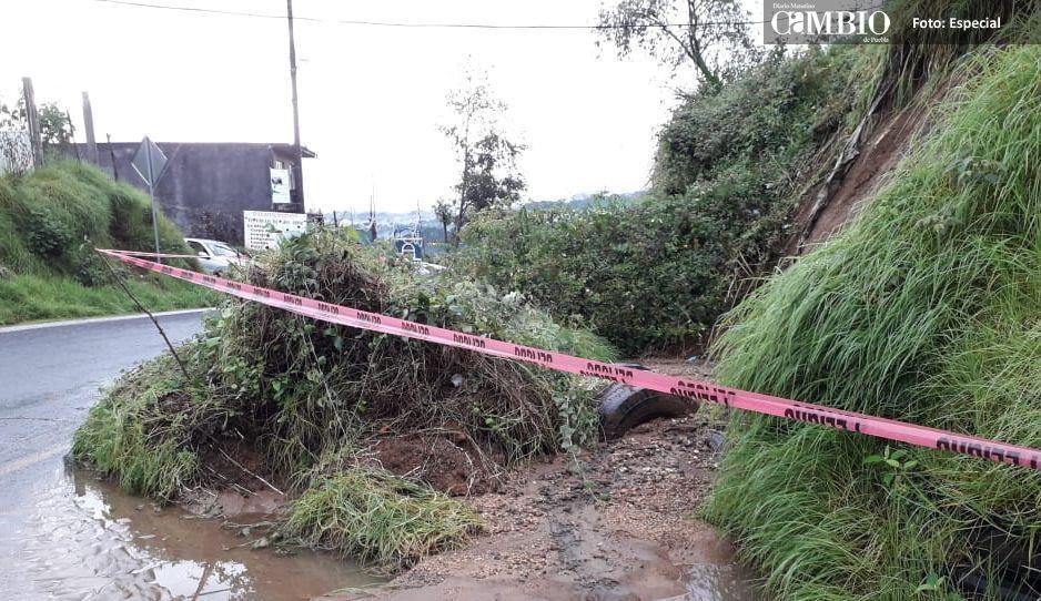 Deslave de tierra bloqueo un carril de la carretera estatal Teziutlán - Perote