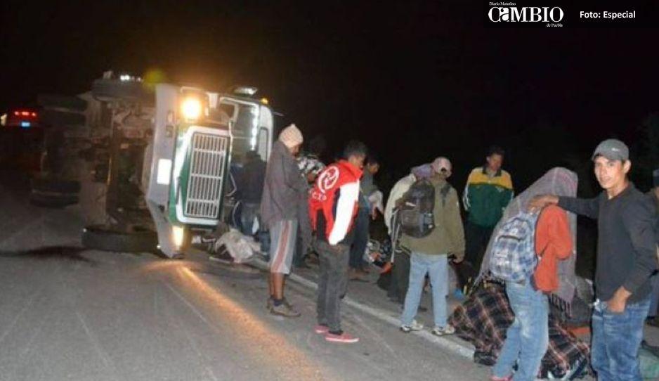 Vuelca camión de migrantes en contra de patrulla en Sonora, hay 10 heridos