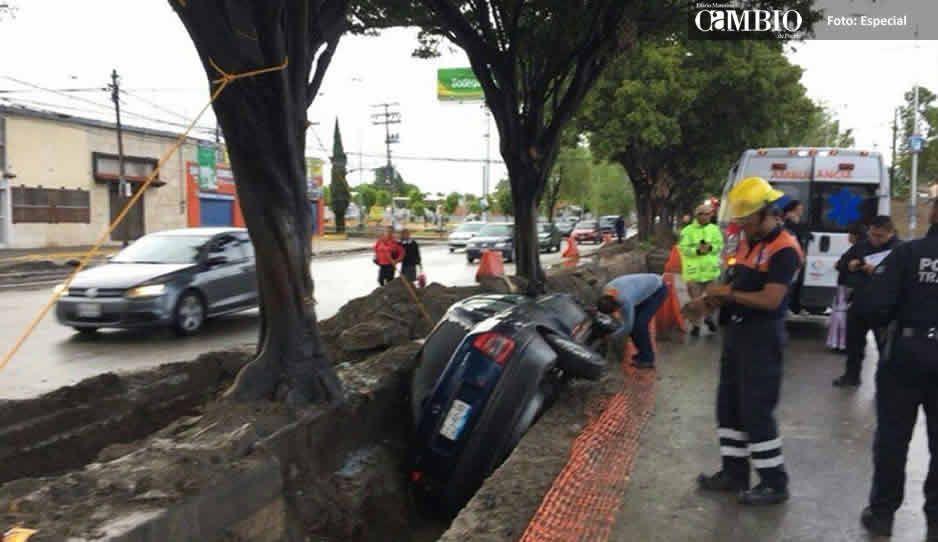Cae vehículo en una zanja de obras del Ruta 3 en la colonia Universidades