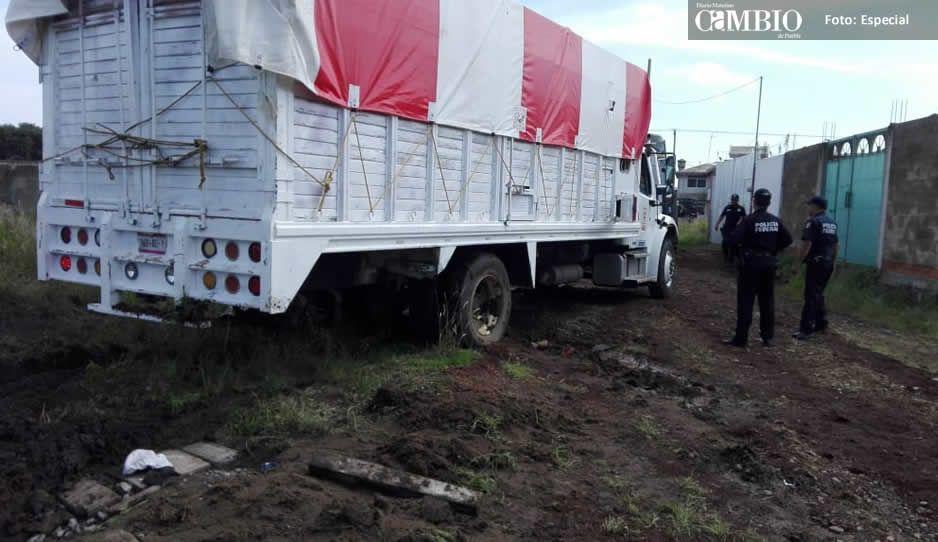 Camión cargado con huachicol, es encontrado en Coronango