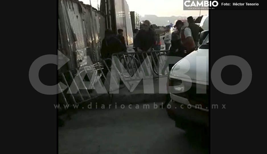 Comerciantes agreden a policías para ingresar al tianguis de Texmelucan