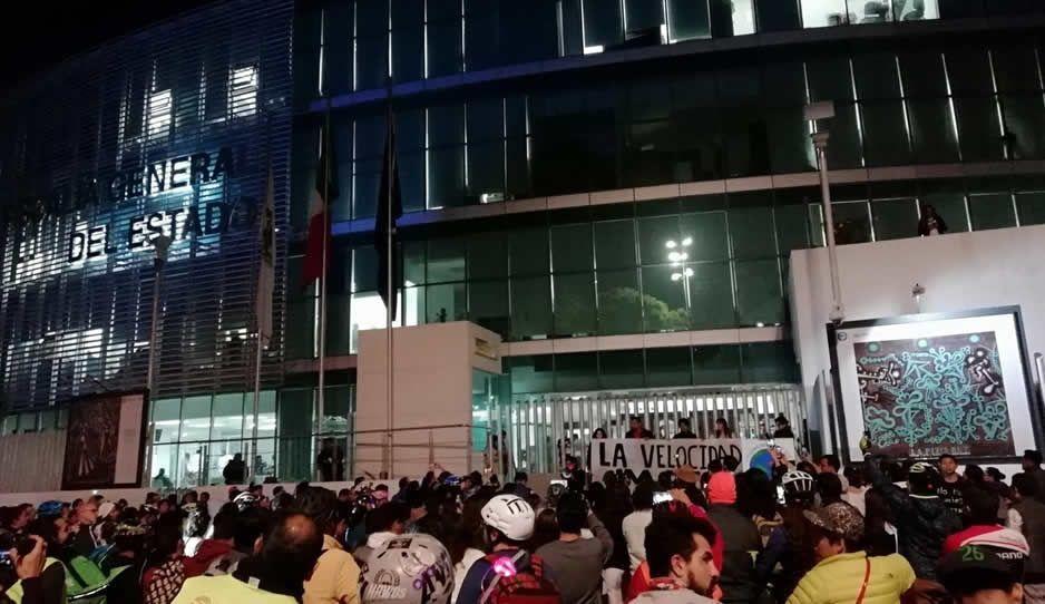 Ciclistas exigen en la Fiscalía justicia para Emmanuel (VIDEO)
