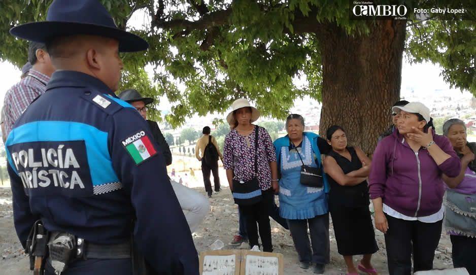 Retiran a 4 ambulantes de la pirámide de Cholula por carecer de permiso