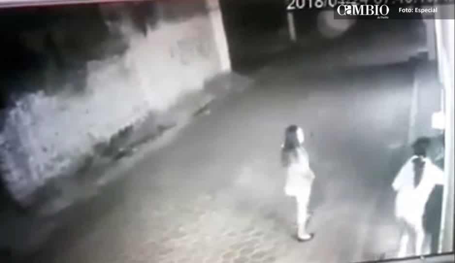 Exhiben a dos mujeres que asaltaron negocio en Atoyatempan (VIDEO)