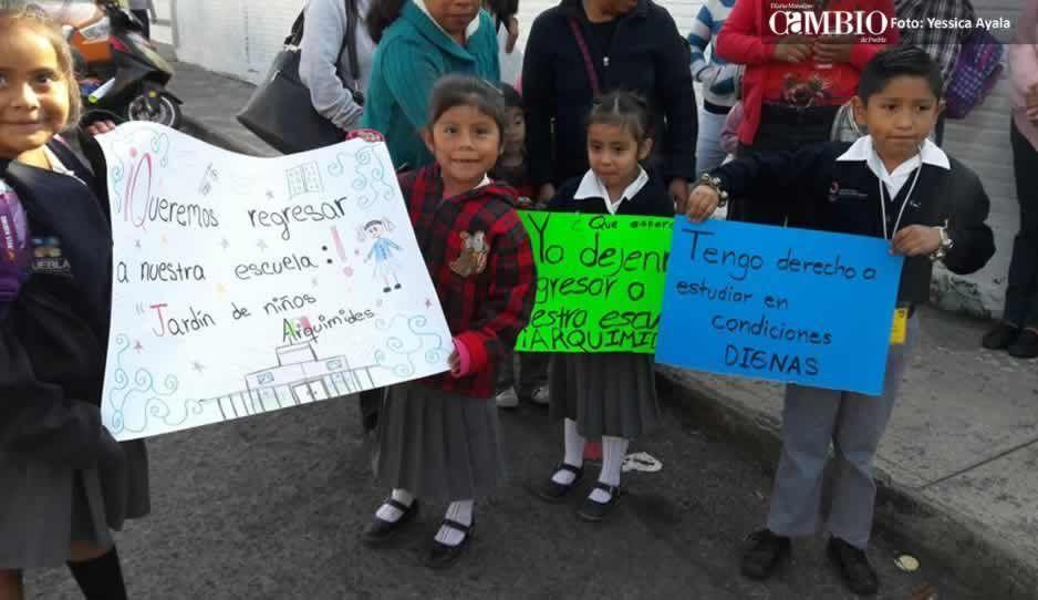 Padres de familia exigen que alumnos de preescolar en Atlixco regresen al edificio