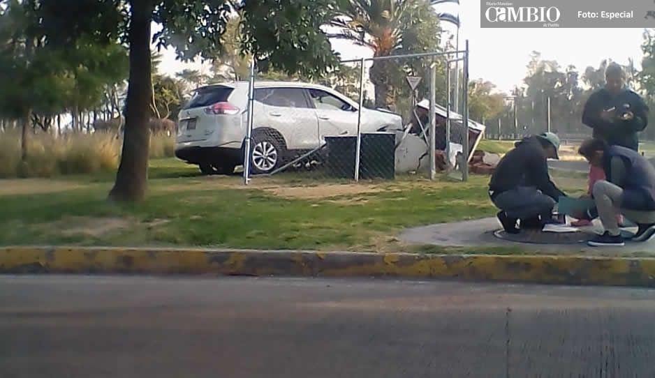 Automovilista se sale de la vialidad y se estampa en zona verde de Los Fuertes