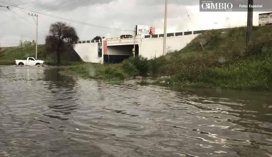 Intensa lluvia inunda el puente de Xoxtla y de Ocotlán, hay vehículos varados (VIDEO)