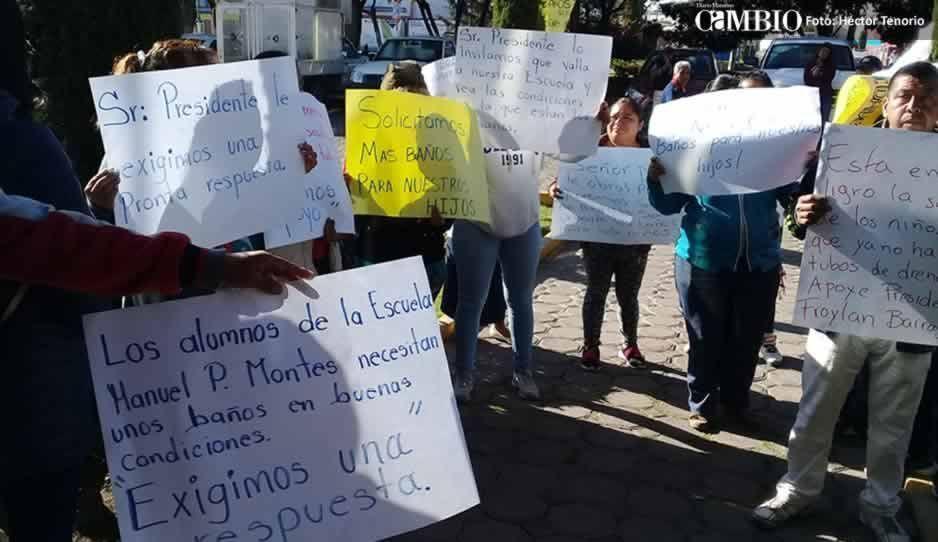 Padres de familia protestan en la presidencia de Texmelucan por deficiencias en primaria