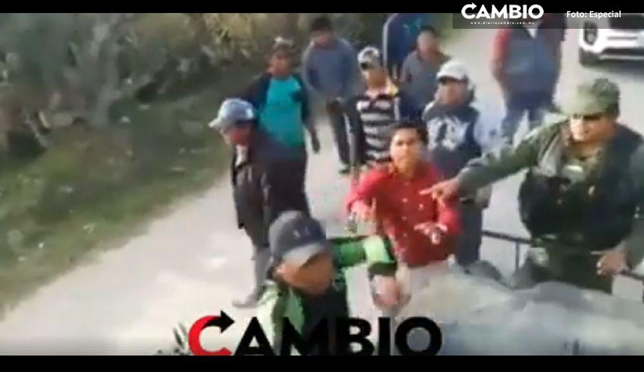 A palos y piedras huachigaseros agreden a militares en Tepeaca (VIDEO)