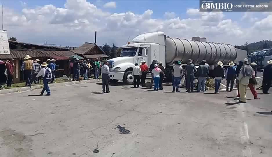VIDEO: Después de cinco horas, campesinos reabren un carril de la México-Puebla