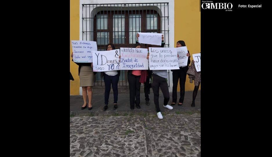 Compañeros de Karla se manifiestan en  Casa Aguayo y piden mayor seguridad