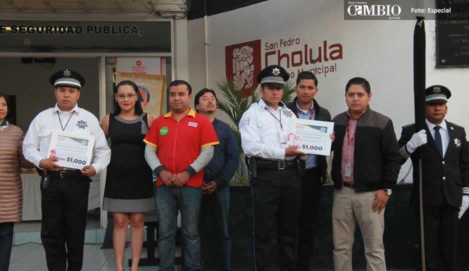 Codos y recodos: polis de San Pedro evitan asalto a un Oxxo y los premian con vales de ¡mil pesos!