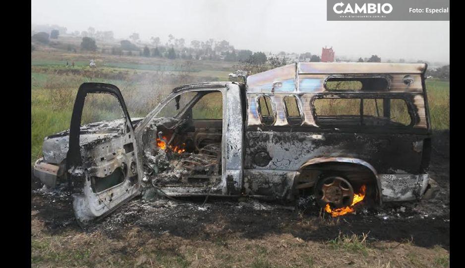 Se incendia camioneta abandonada en Texmelucan, bomberos laboran en el lugar