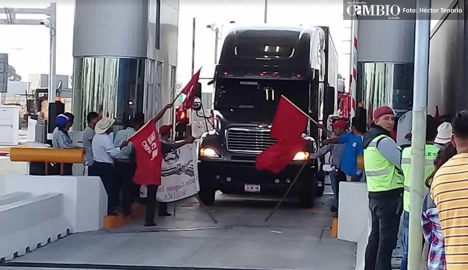 Manifestantes del CNPA liberan la caseta de Texmelucan en la México-Puebla (VIDEO)