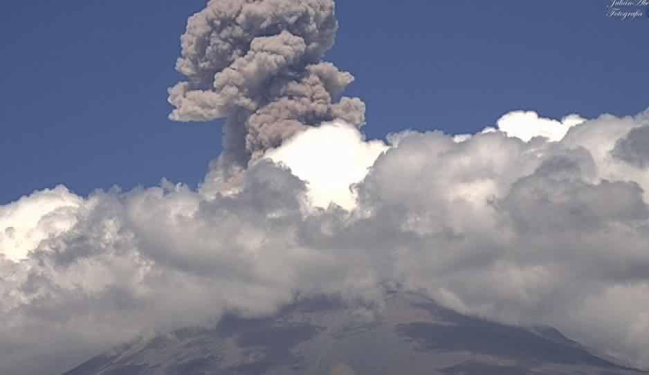 El Popocatépetl lanza columna de humo que rebasa los 2 km de altura