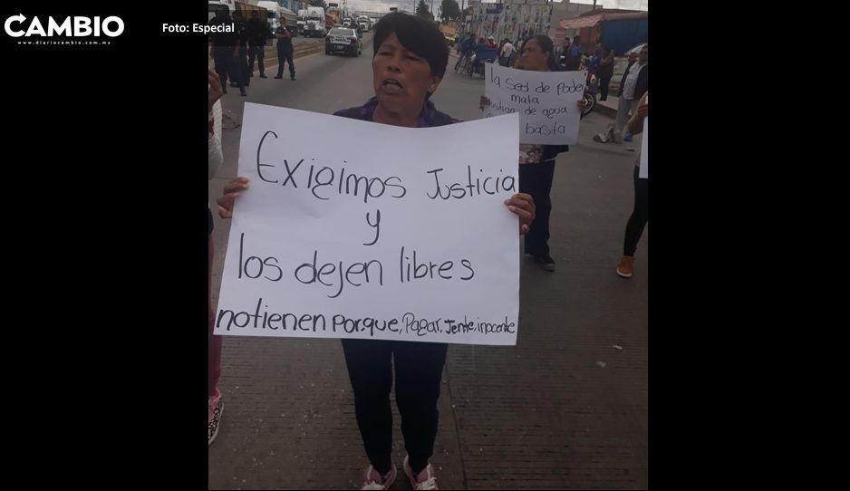 Familiares de huachigaseros de Amozoc bloquean la carretera Puebla-Tehuacán