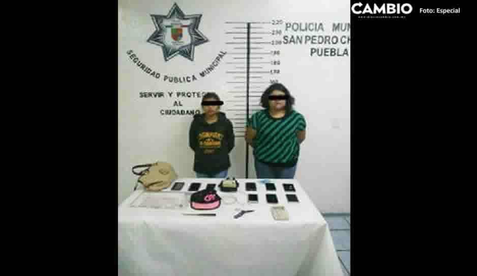 Detienen a dos ladronas de transporte público en Cholula; traían cuchillos, navaja y nueve celulares