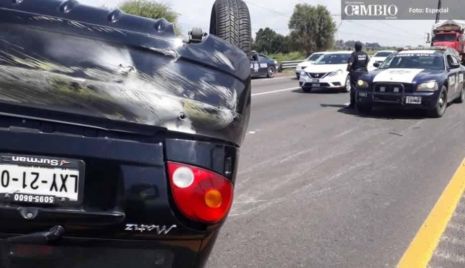 Volcadura en la México-Puebla deja solo daños materiales