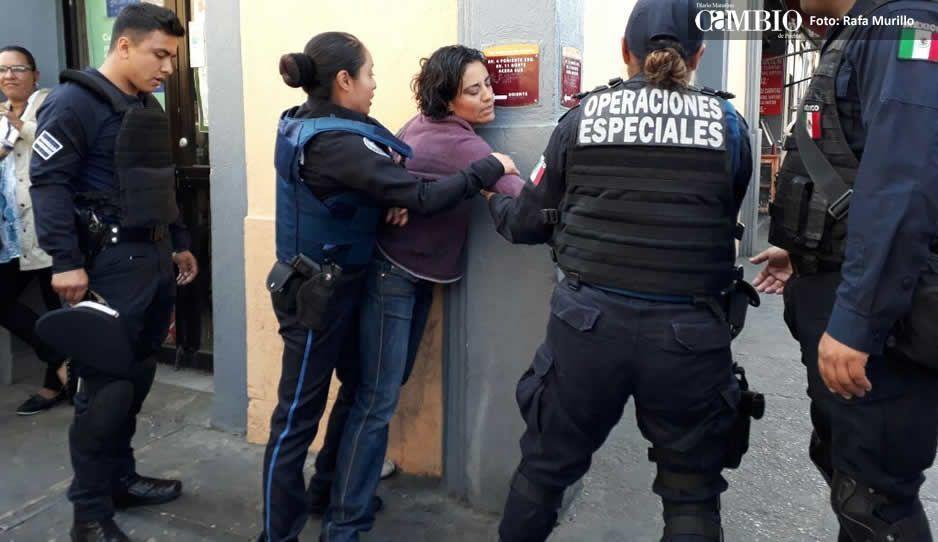 A empujones, evitan que mujer cruce zona restringida por embargo contra Uriarte Talavera