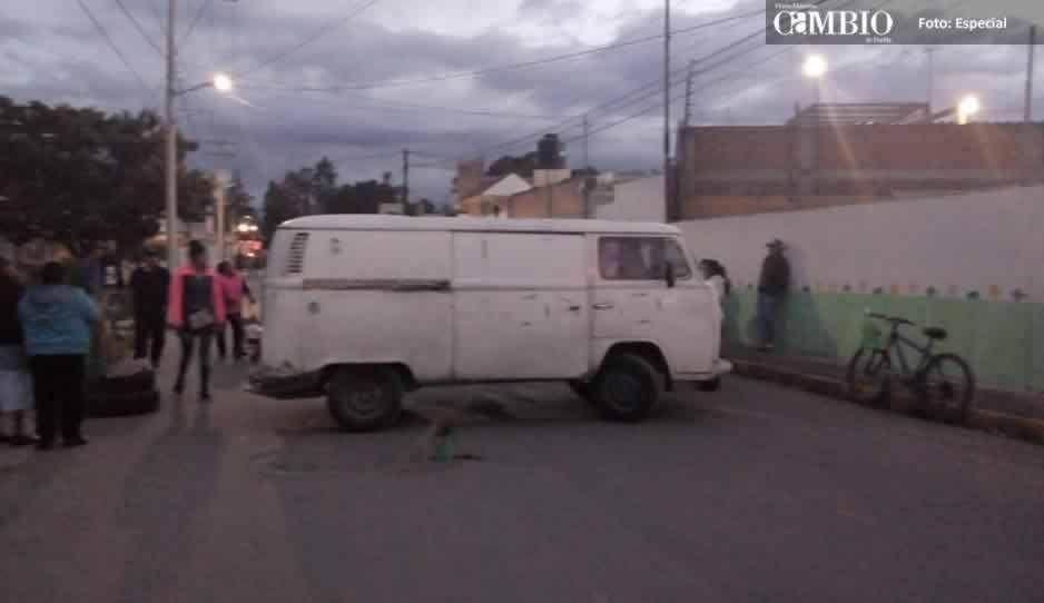 Cierran calle derivado de un enfrentamiento de ladrones y tianguistas